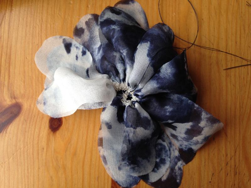 Как сделать цветок изткани: очень простой способ