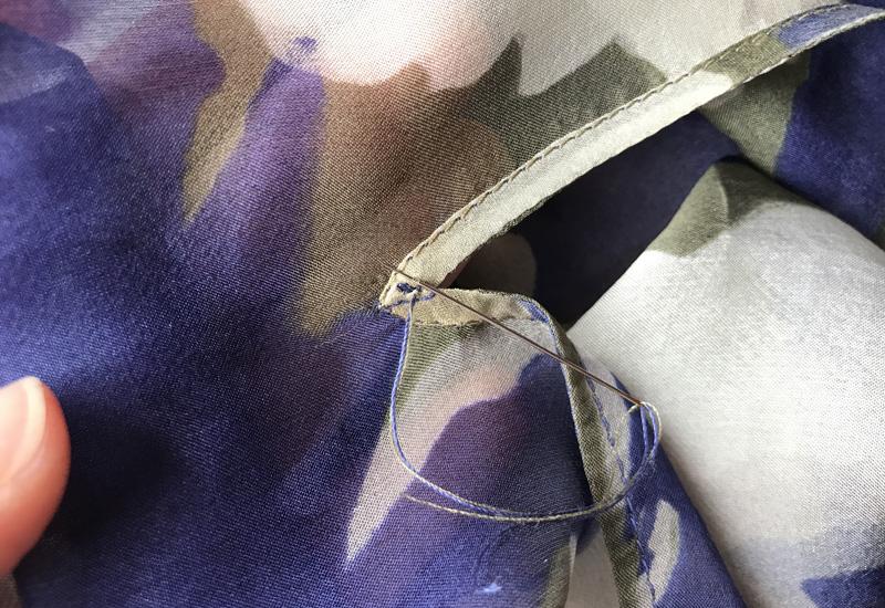 Как обработать разрез горловины косой бейкой