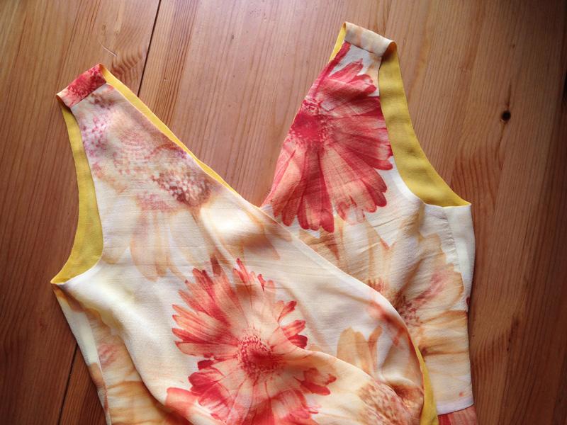 Обработка плечевых швов вплатье сдвойным лифом