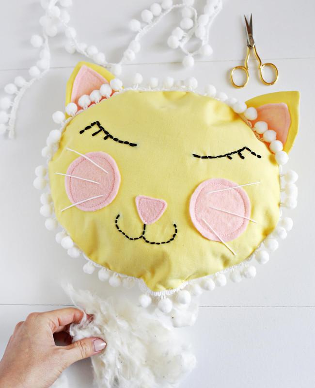 Шьем подушку-котенка длядетской комнаты